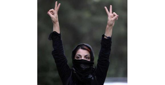 امرأة إيرانية ترفع علامة النصر أثناء احتجاجات في طهران، عاصمة إيران، في 9 يوليو 2009 - المصدر: elhombretranquilo.com